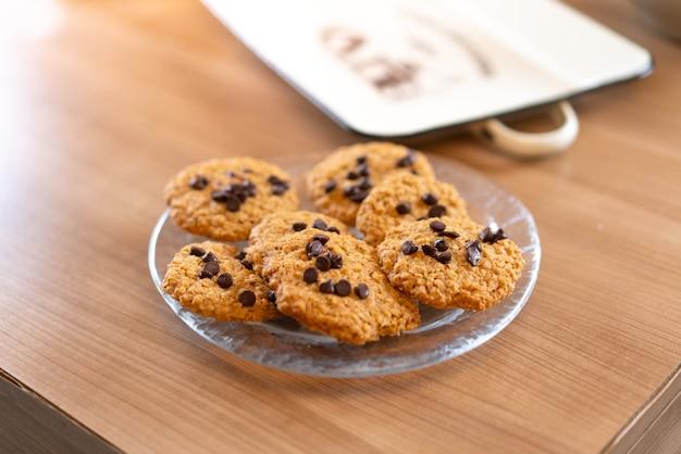 Biscoitos de chocolate deliciosos em uma mesa