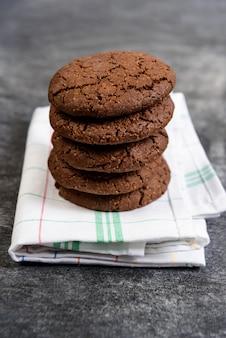 Biscoitos de chocolate doce na toalha