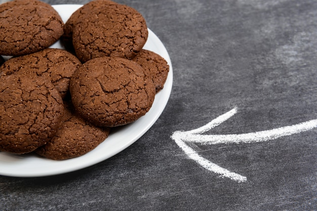 Biscoitos de chocolate doce no prato