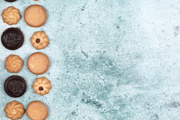 Biscoitos de chocolate e aveia, sobre um fundo azul.