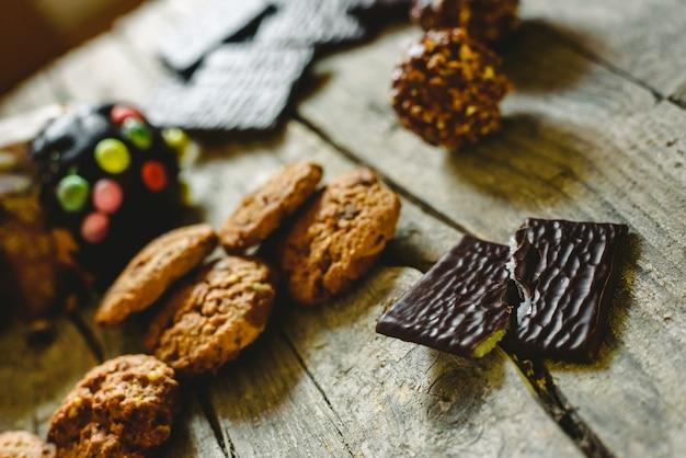 Biscoitos de chocolate e bombons de chocolate para ter prazer nas férias de natal
