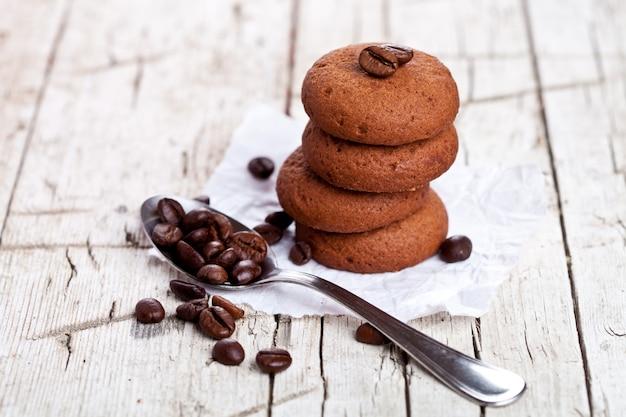 Biscoitos de chocolate e colher com grãos de café