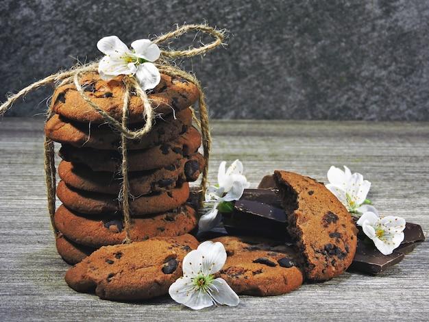 Biscoitos de chocolate e flores brancas.