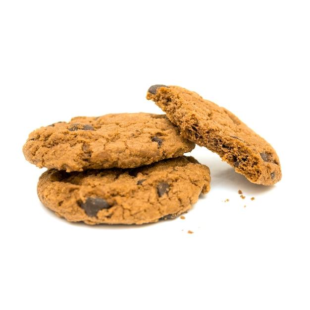 Biscoitos de chocolate e migalhas isoladas no fundo branco