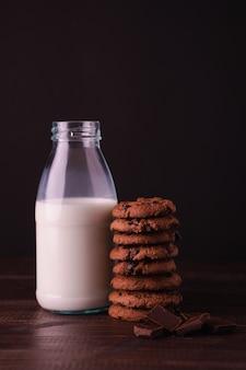 Biscoitos de chocolate e uma garrafa de leite