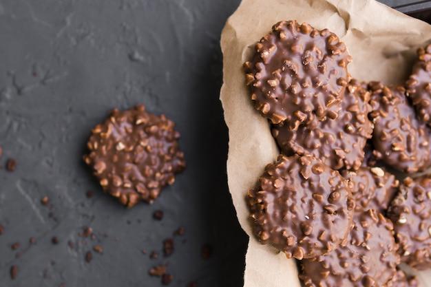 Biscoitos de chocolate em papel ofício