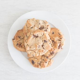 Biscoitos de chocolate em prato branco