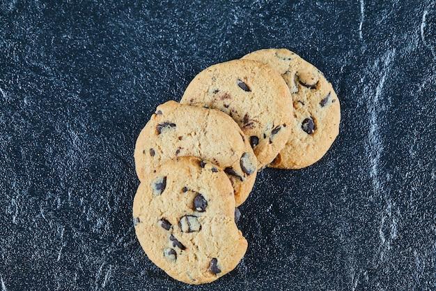 Biscoitos de chocolate em superfície de mármore
