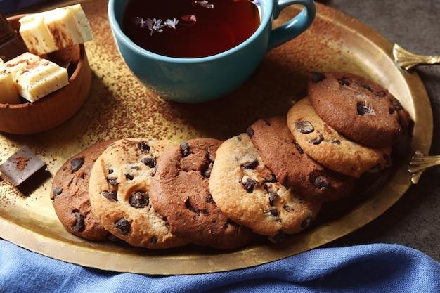 Biscoitos de chocolate em uma bandeja de metal, closeup
