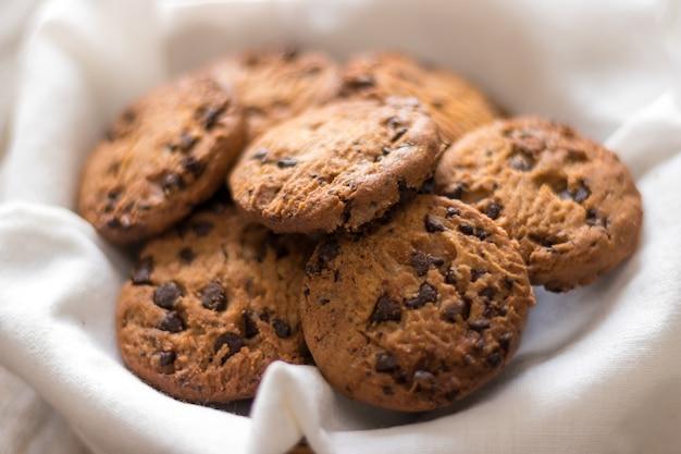 Biscoitos de chocolate em uma cesta em madeira, doce caseiro e sobremesa