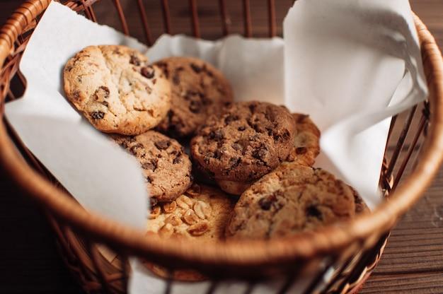 Biscoitos de chocolate em uma cesta