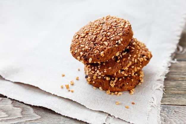 Biscoitos de chocolate empilhados na borda do guardanapo caseiro