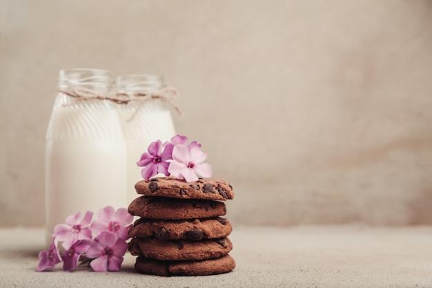 Biscoitos de chocolate empilhados na mesa cinza