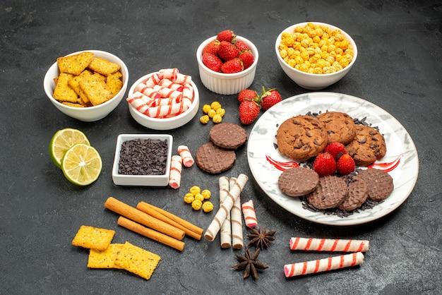 Biscoitos de chocolate gostosos de vista frontal com diversos petiscos