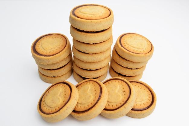 Biscoitos de chocolate isolados no fundo branco. biscoitos doces. biscoitos italianos.