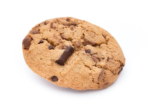 Biscoitos de chocolate isolados no fundo branco.