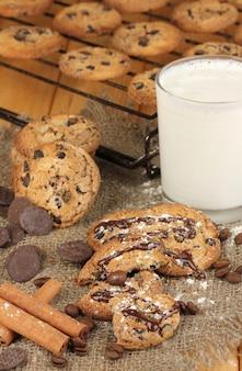 Biscoitos de chocolate na assadeira com copo de leite close