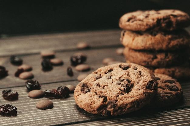 Biscoitos de chocolate na mesa de madeira. lascas de chocolate e frutas secas