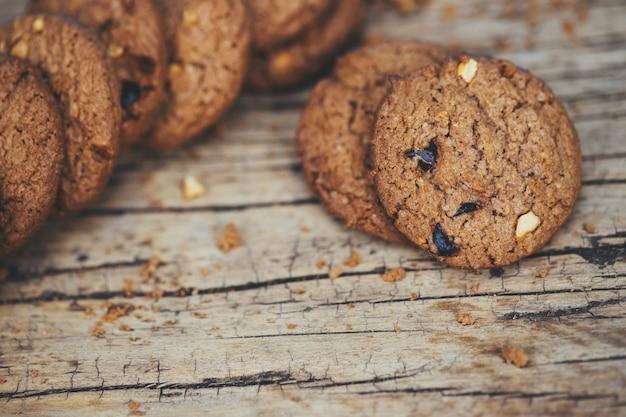 Biscoitos de chocolate na mesa de madeira