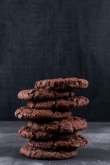 Biscoitos de chocolate na mesa escura