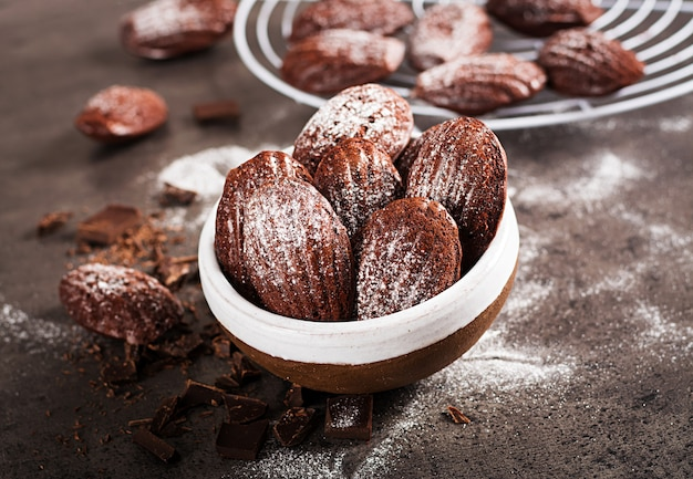 Biscoitos de chocolate na mesa preta