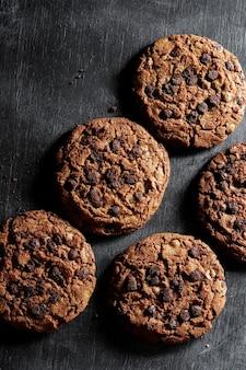 Biscoitos de chocolate na mesa