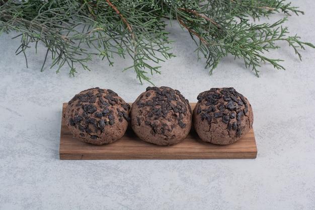 Biscoitos de chocolate na peça de madeira