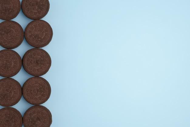 Biscoitos de chocolate no fundo azul. copie o espaço para o texto. lay plana.