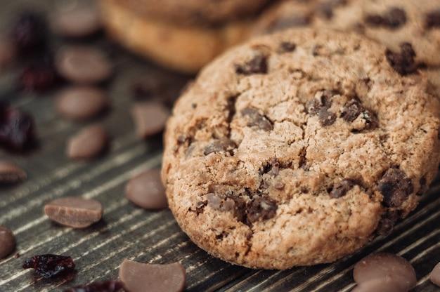 Biscoitos de chocolate. pedaços de chocolate e frutas secas, macro