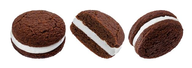 Biscoitos de chocolate sanduíche, assados biscoitos recheados com creme de leite, isolado no branco