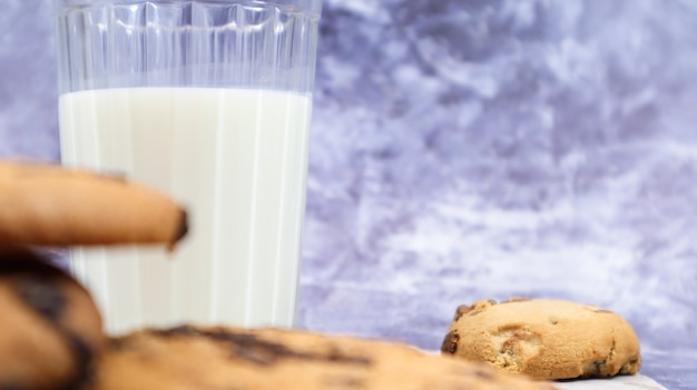Biscoitos de chocolate sem glúten americano com copo de leite vegetal em fundo cinza. biscoitos de chocolate. pastelaria doce, sobremesa. fundo culinário. copie o espaço