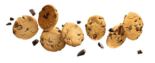 Biscoitos de chocolate voando com pedaços de chocolate isolados no fundo branco