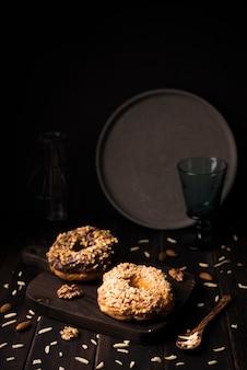 Biscoitos de close-up na placa de madeira