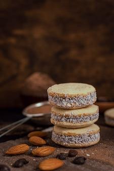 Biscoitos de coco com fundo desfocado