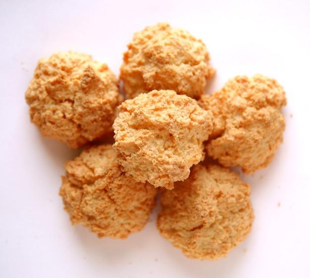 Biscoitos de coco isolados em um fundo branco
