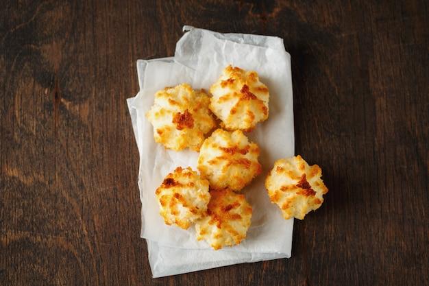 Biscoitos de coco pouco cozido fresco
