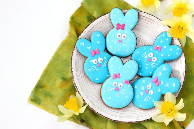 Biscoitos de coelhinho da páscoa, adoráveis biscoitos em forma de animais como coelhos azuis fofos em fundo branco