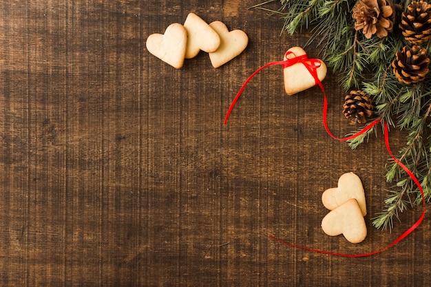 Biscoitos de coração com galhos verdes