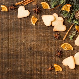 Biscoitos de coração com ramos e laranja