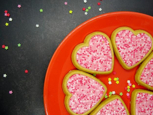 Biscoitos de coração em um prato