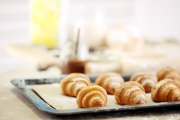 Biscoitos de croissant de cozimento.