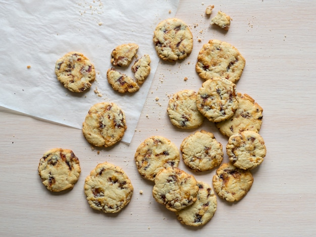 Biscoitos de data suculentos frescos é apresentado em uma superfície de madeira clara