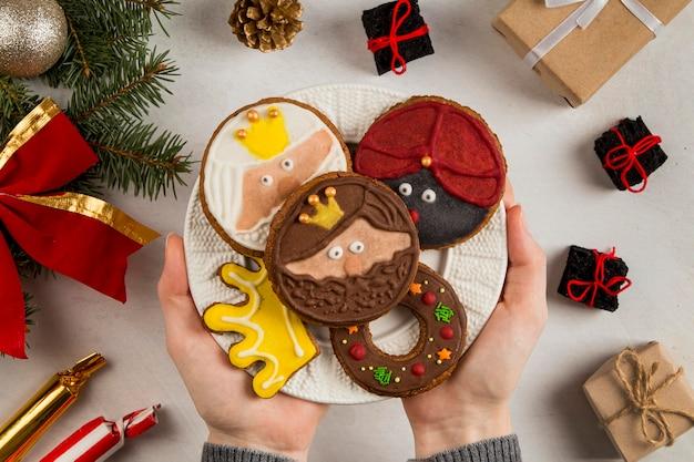 Biscoitos de epifania espanhóis nas mãos