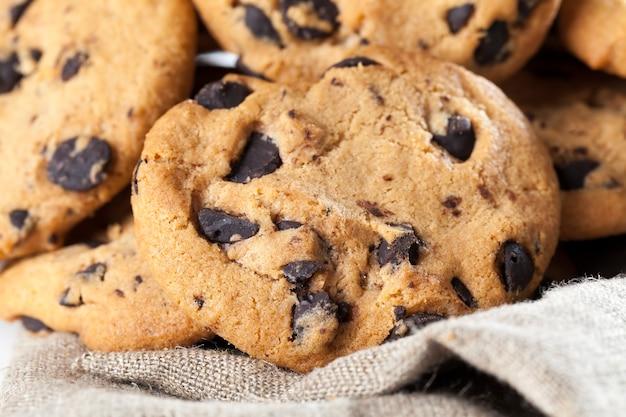 Biscoitos de farinha de trigo e pedaços grandes de chocolate doce juntos