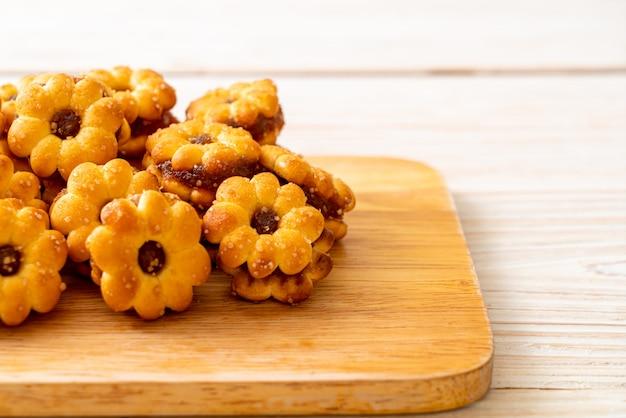 Biscoitos de flores com geleia de abacaxi