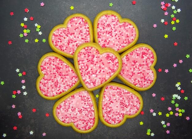 Biscoitos de forma de coração com glacê rosa, dia dos namorados