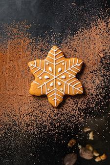Biscoitos de gengibre biscoitos de natal com especiarias no ano novo na refeição