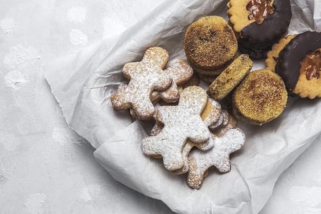 Biscoitos de gengibre, canela e chocolate caseiros no espaço em branco de cima. postura plana