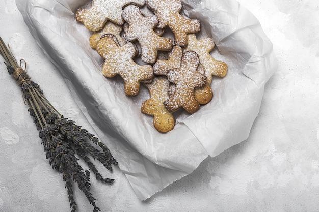 Biscoitos de gengibre, canela e chocolate caseiros no fundo branco de cima