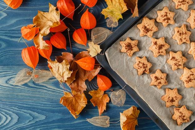 Biscoitos de gengibre caseiro de halloween sobre fundo de madeira